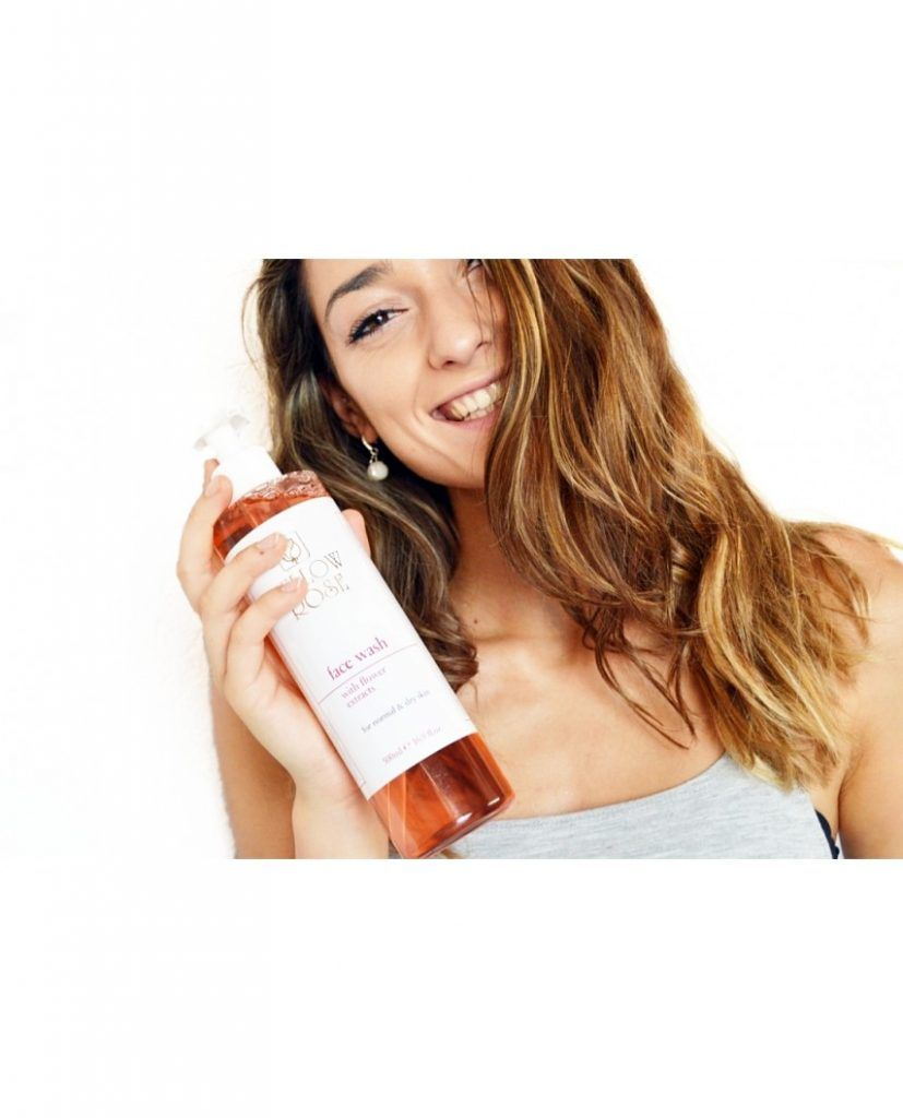 Face wash with flower extracts modelo